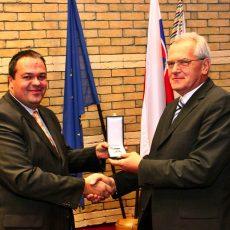Prof. Kovács dostáva Dôstojnícky kríž Rádu Maďarskej republiky, 2013