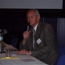 Prof. Kovács prednáša na konferencii, 2005